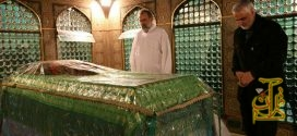 سردار سلیمانی در کنار مقبره امام رضا (ع) +کلیب